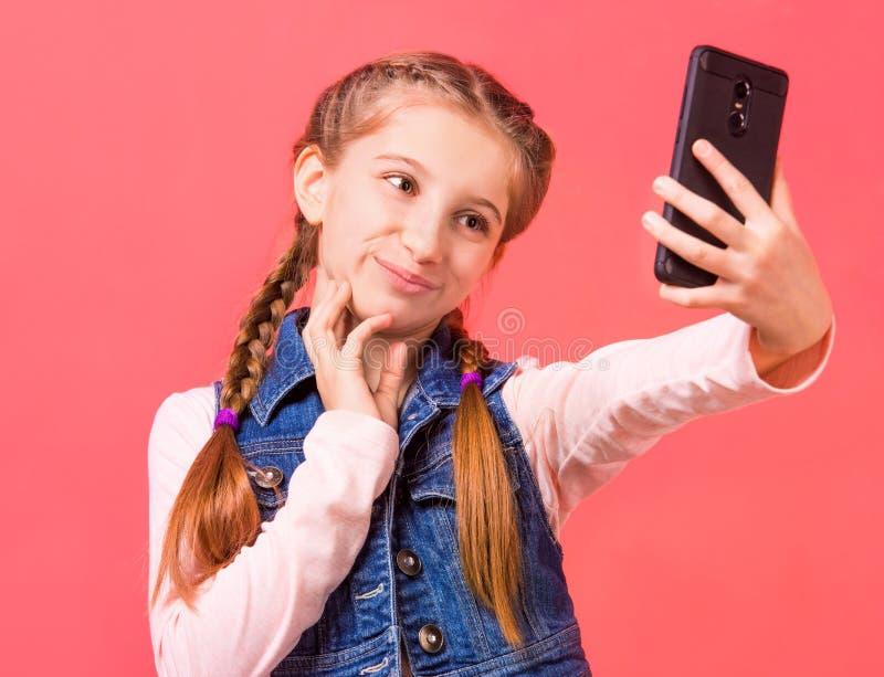 Recht junges Mädchen, das selfie macht stockfotografie