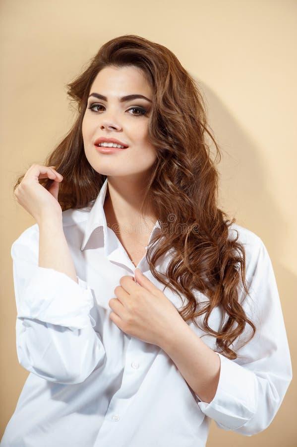 Recht junges Mädchen in der modernen weißen Bluse stockbilder