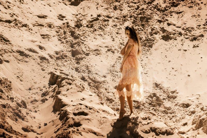 Recht junges Mädchen im rosa Kleid in der Wüste lizenzfreies stockbild