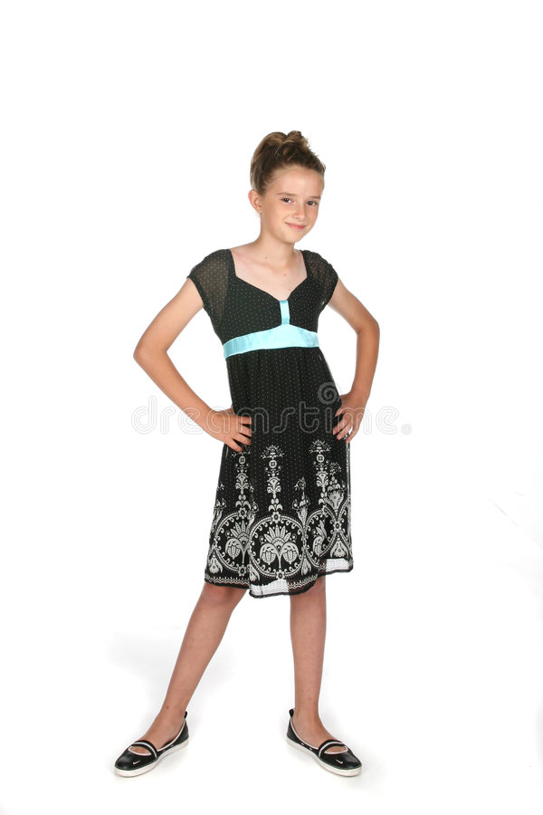 Recht junges Mädchen im schwarzen Kleid und im Haar oben lizenzfreies stockfoto