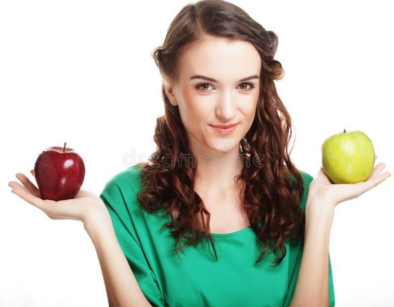 recht junges Mädchen mit den roten und grünen Äpfeln lizenzfreie stockfotos