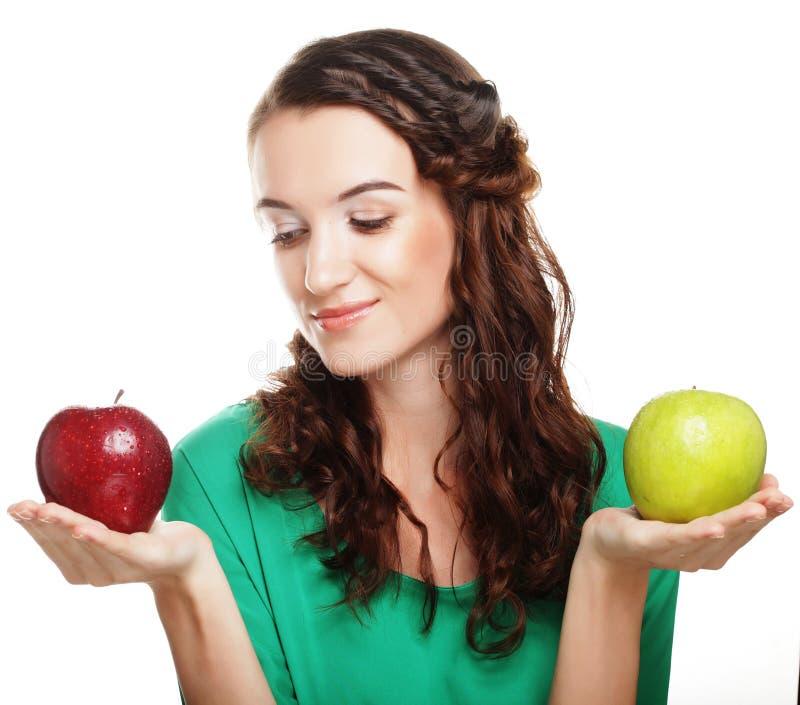 recht junges Mädchen mit den roten und grünen Äpfeln stockfoto