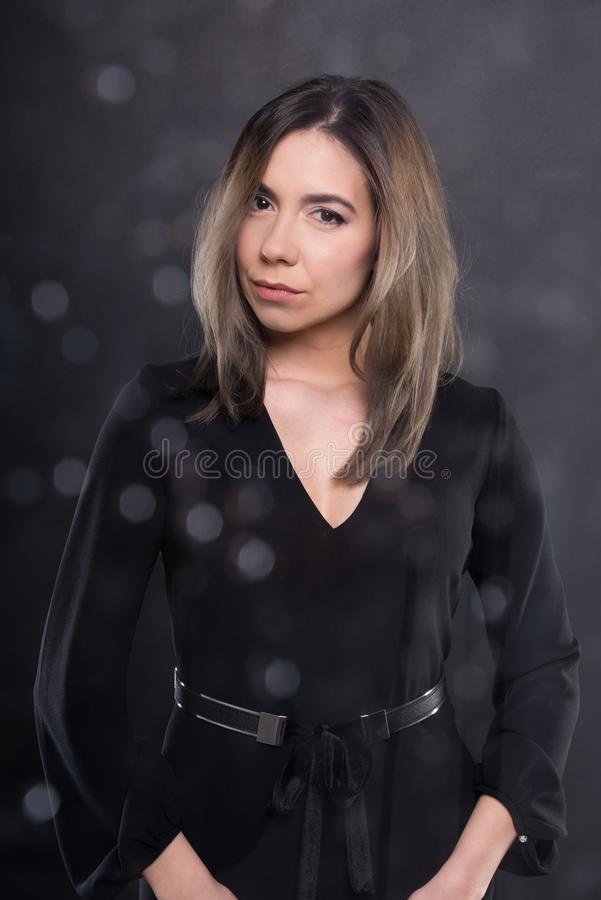 Recht junges Modell, das tragende schwarze Bluse aufwirft lizenzfreies stockbild