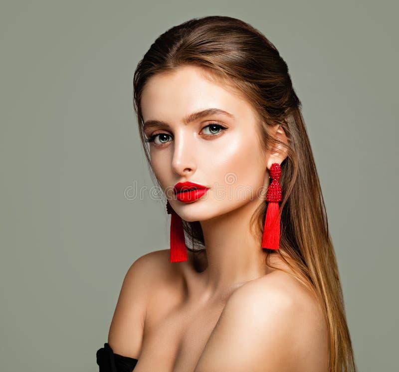 Recht junges Modell mit Make-up, langes Brown-Haar lizenzfreie stockbilder