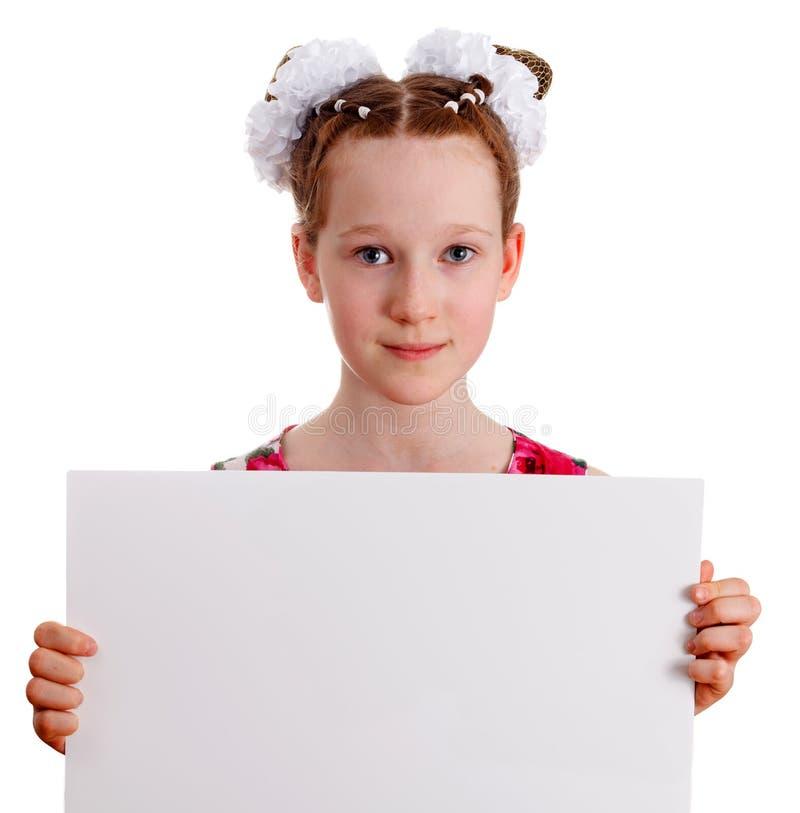 Recht junges nettes Kindermädchen, das leeres leeres Brett hält lizenzfreie stockbilder