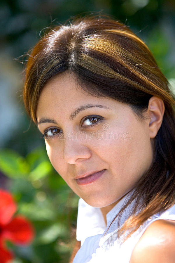 Recht junges spanisches Mädchen, das Kamera betrachtet stockfoto