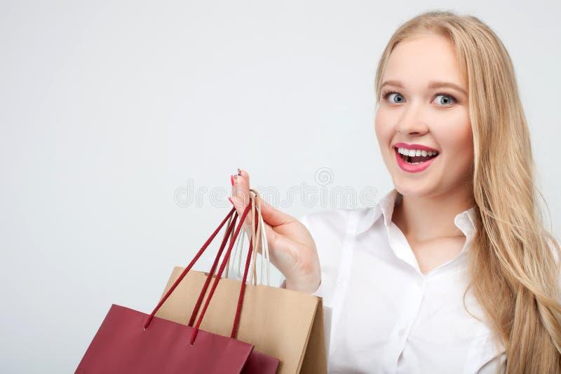 Recht junges weibliches shopaholic ist gehender Einkauf lizenzfreies stockbild