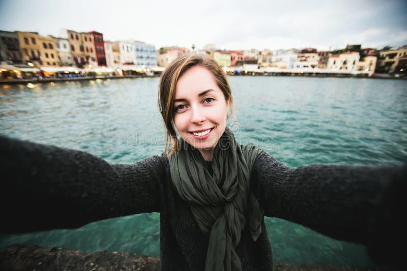 Recht junges weibliches touristisches Nehmenreise selfie herein lizenzfreie stockfotos