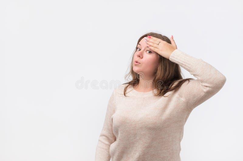 Recht kaukasische Frau in der Strickjacke wischt den Schweiß weg von ihrer Stirn ab lizenzfreie stockfotografie