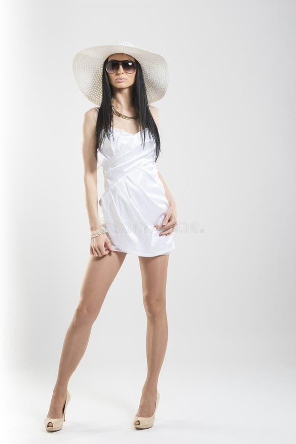Recht kaukasische Frau im weißen Kleid lizenzfreies stockfoto