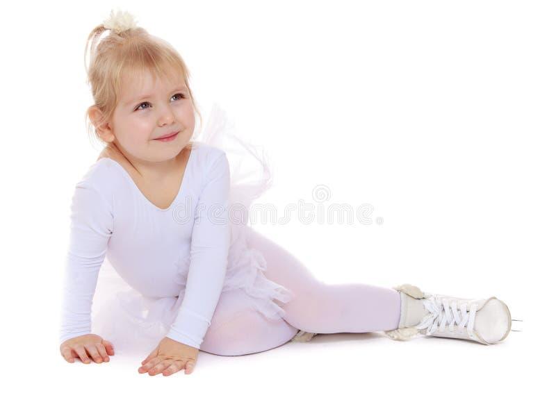 Recht kleiner blonder Mädchenschlittschuhläufer stockbilder