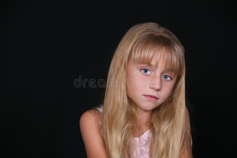 Recht kleines blondes Mädchen stockfoto