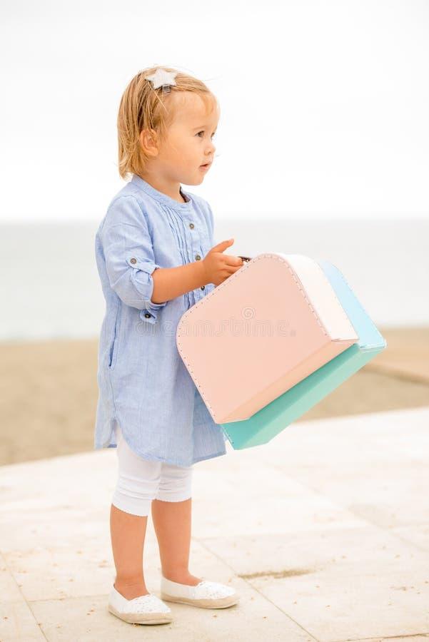 Recht kleines Mädchen auf Sommerferien lizenzfreie stockbilder