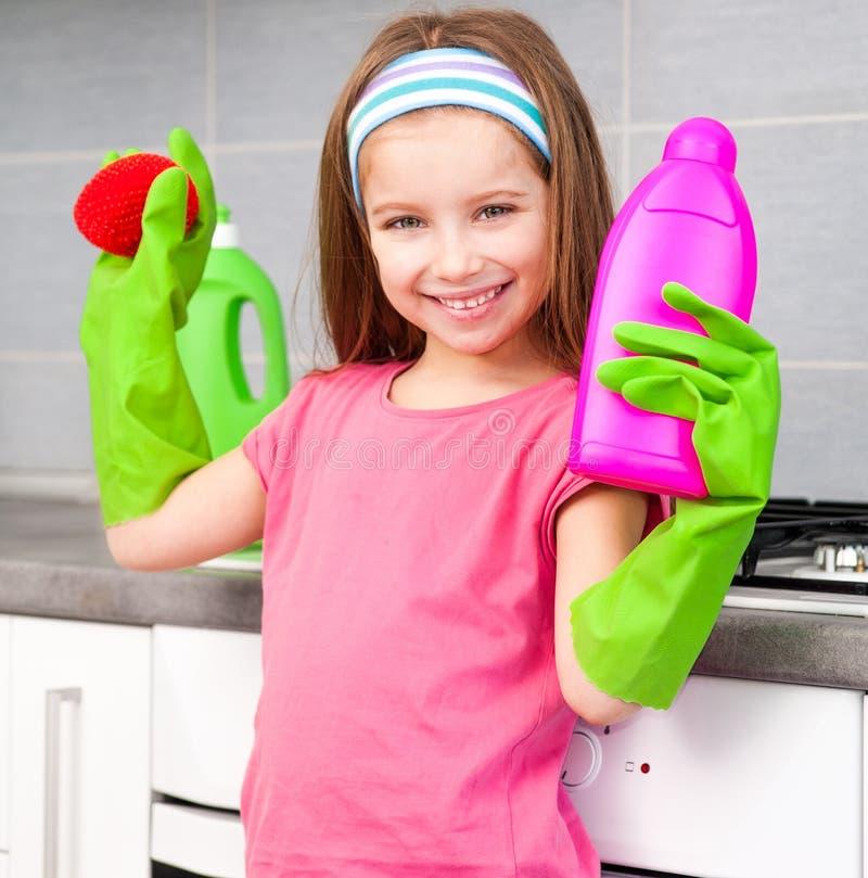 Kleines Mädchen, das die Teller wäscht lizenzfreie stockfotos
