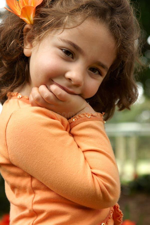 Recht kleines Mädchen, das draußen lächelt lizenzfreies stockfoto