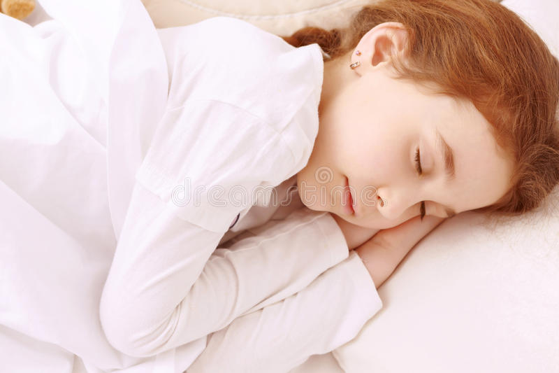 Recht kleines Mädchen, das gut schläft lizenzfreies stockfoto