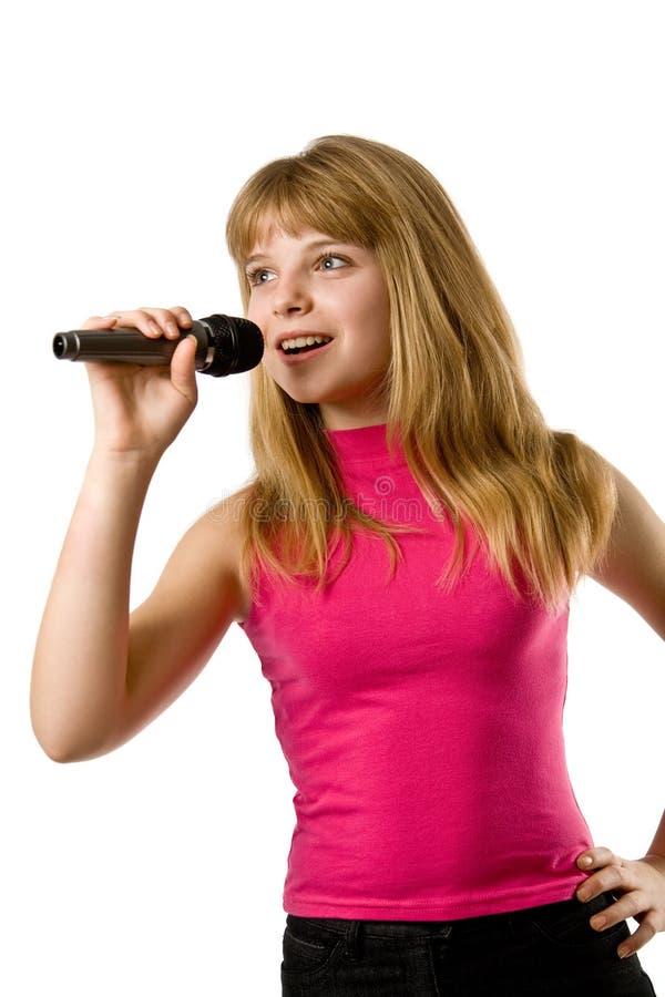 Recht kleines Mädchen, das im Mikrofon singt lizenzfreies stockfoto