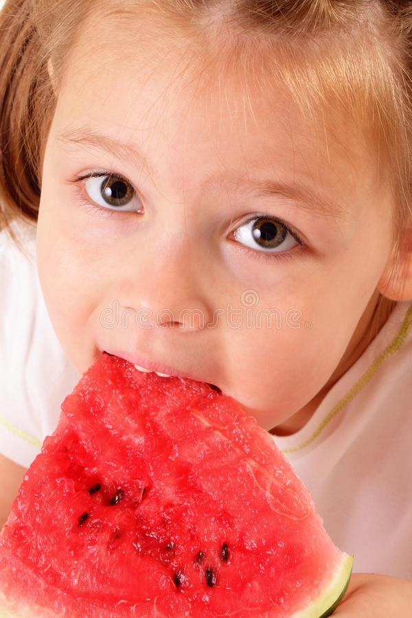 Download Recht Kleines Mädchen, Das Wassermelone Isst Stockbild - Bild von menschlich, vergnügen: 26364905