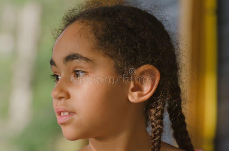 Recht kleines Mädchen, das weg anstarrt stockfotos