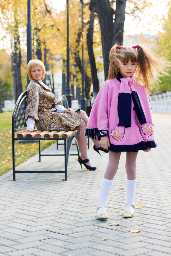 Recht kleines Mädchen im Herbstpark. stockfotos