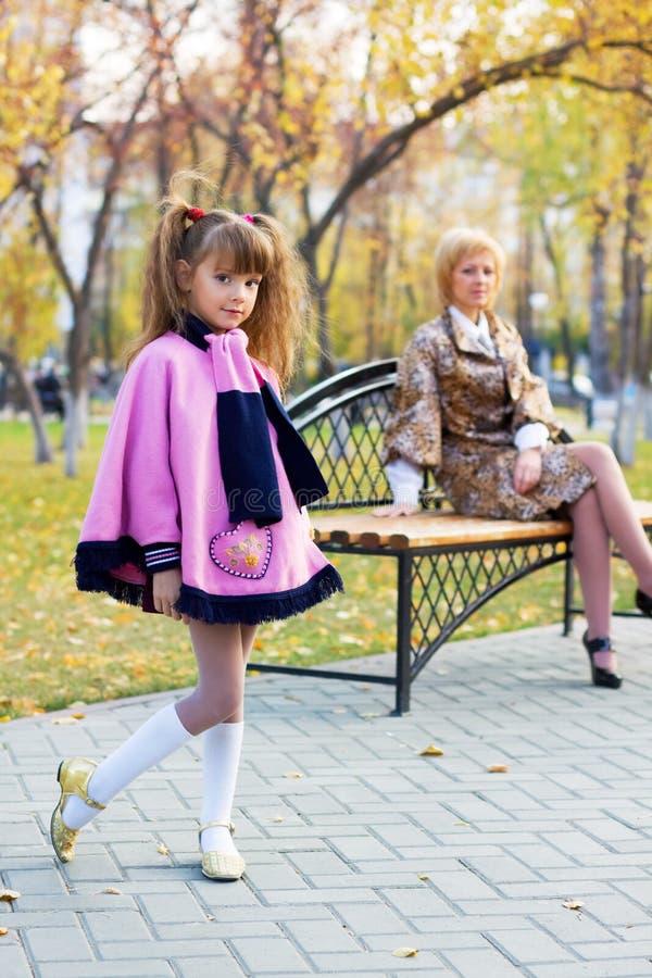 Recht kleines Mädchen im Herbstpark. stockbilder