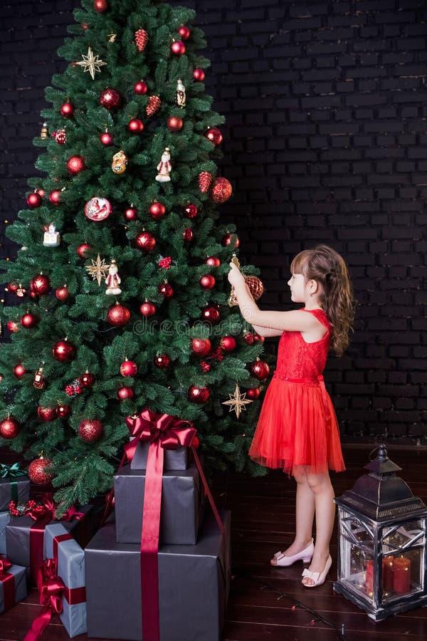 Recht kleines Mädchen im roten kurzen Kleid stockbild