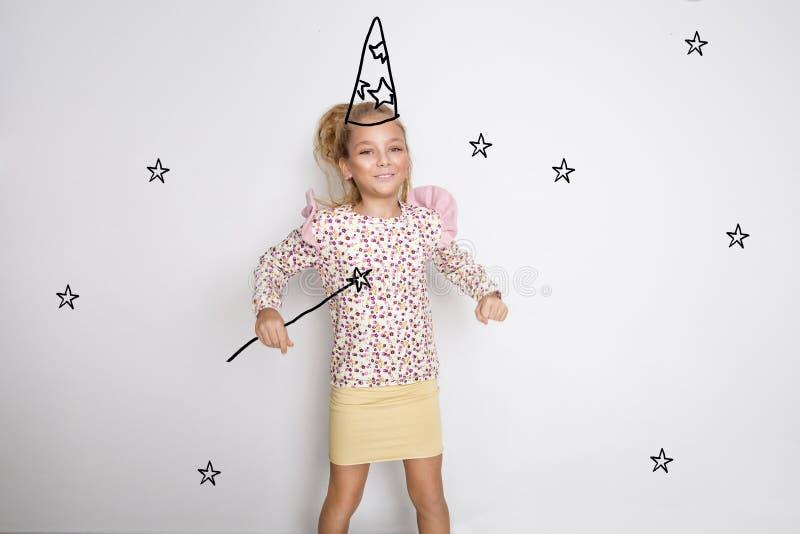 Recht kleines Mädchen mit dem langen blonden Haar lächelt glücklich stockbilder
