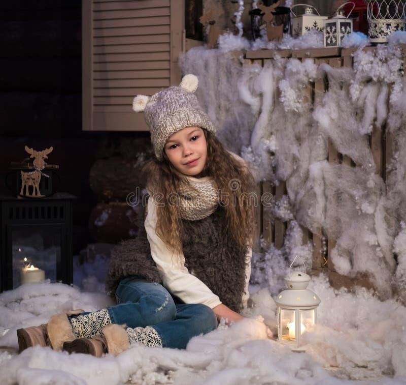 Recht kleines Mädchen mit Taschenlampe stockfotografie