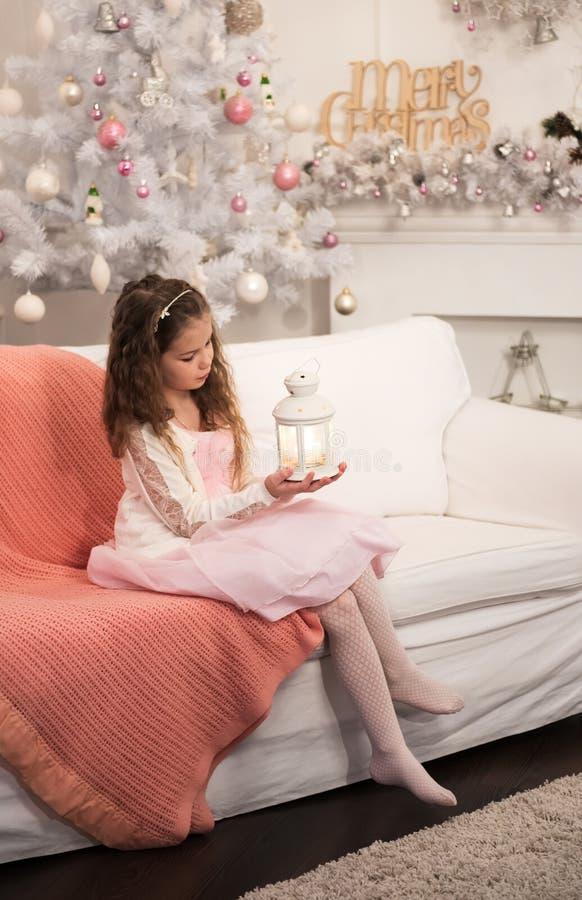 Recht kleines Mädchen mit Taschenlampe lizenzfreies stockbild
