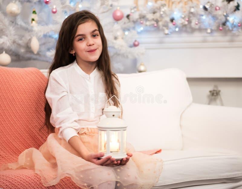 Recht kleines Mädchen mit Taschenlampe lizenzfreie stockbilder