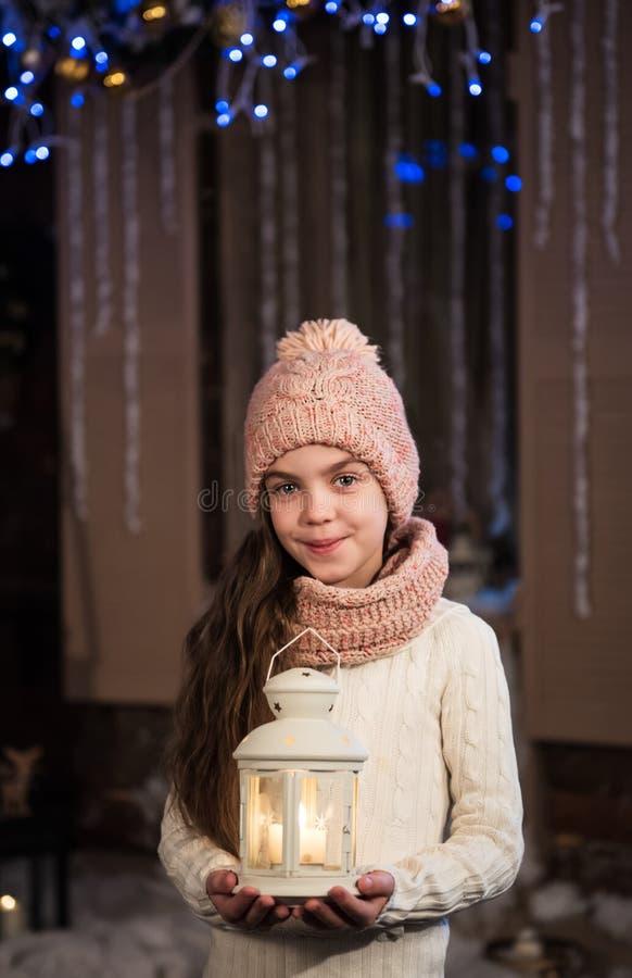 Recht kleines Mädchen mit Taschenlampe lizenzfreie stockfotografie
