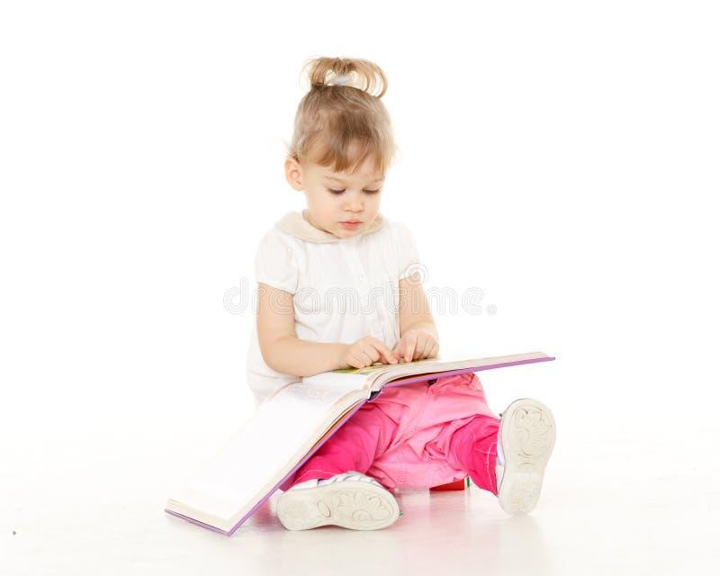 Recht kleines Mädchen sitzt auf Töpfchen. stockfoto