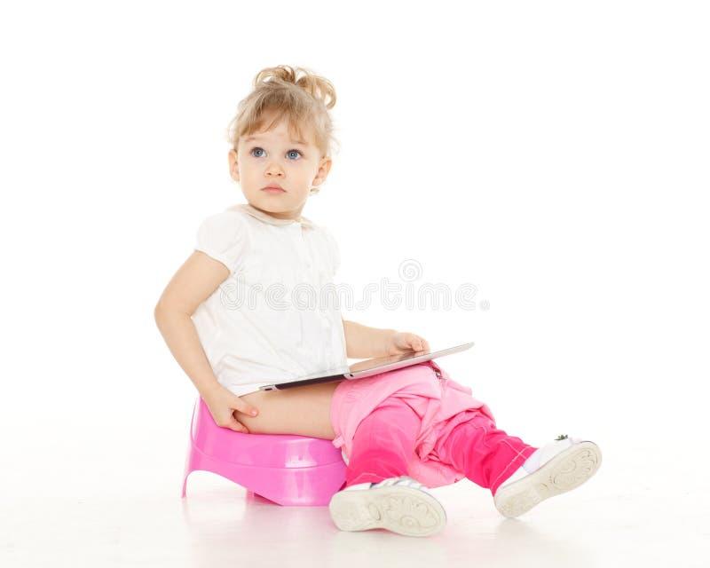Recht kleines Mädchen sitzt auf Töpfchen. stockfotografie