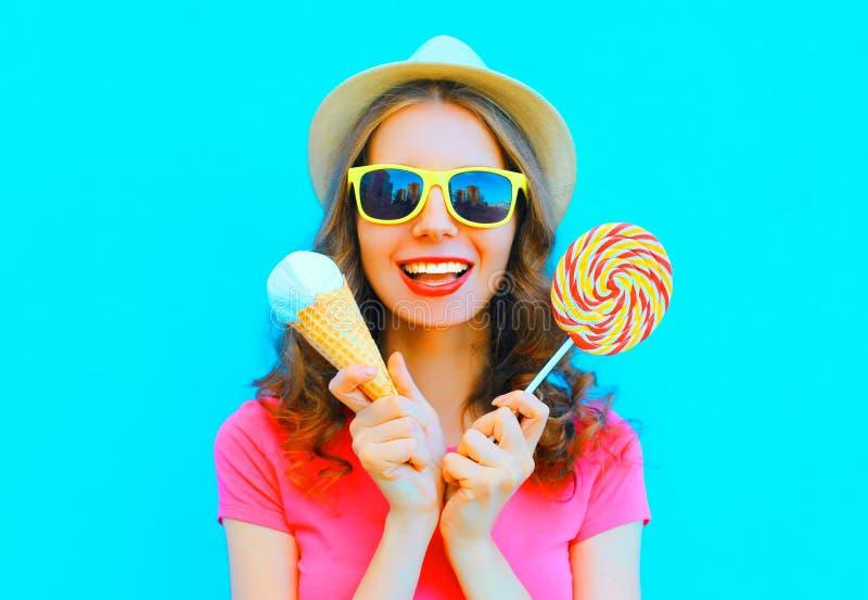Recht lächelnde junge Frau mit Eiscreme und Lutscher lizenzfreies stockfoto