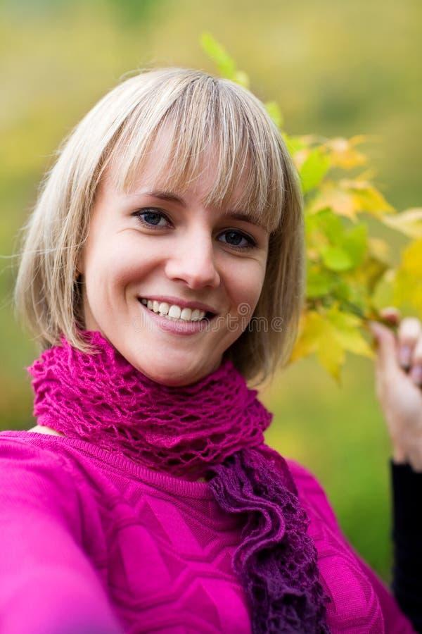 Recht lächelndes blondes Mädchen lizenzfreie stockfotografie