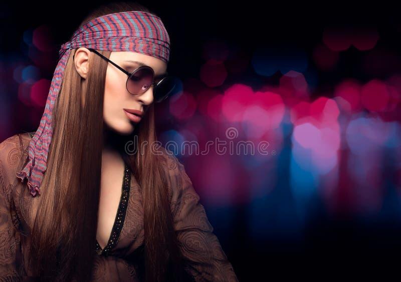 Recht lange Haar-Hippie-Frau auf abstraktem Hintergrund lizenzfreie stockbilder