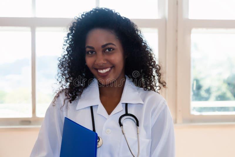 Recht lateinamerikanische Krankenschwester mit Datei des Patienten lizenzfreies stockbild