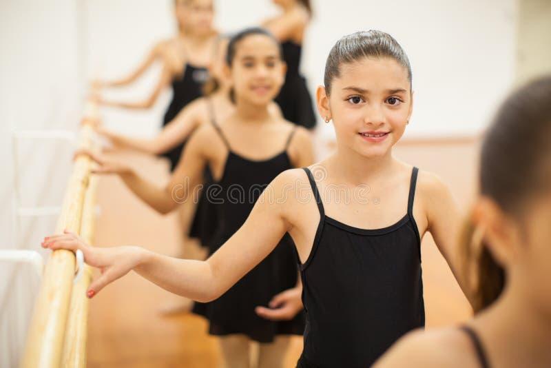Recht lateinisches Mädchen, das ihre Tanzklasse genießt stockbild