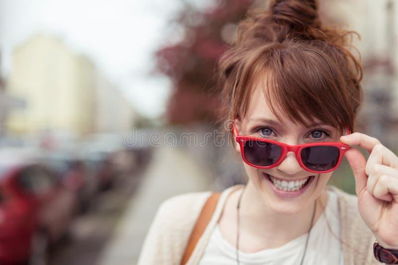 Recht lebhafte Frau in der modischen roten Sonnenbrille lizenzfreies stockbild