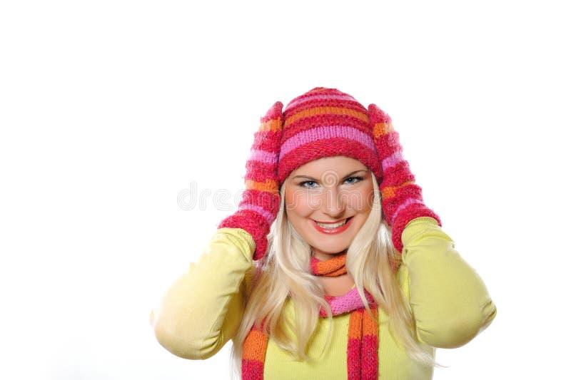 Recht lustige Winterfrau im Hut und in den Handschuhen lizenzfreie stockfotos