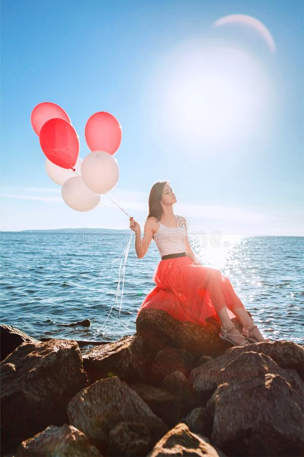 Recht Mädchen mit vielen farbigen Ballonen in der Hand lizenzfreies stockfoto