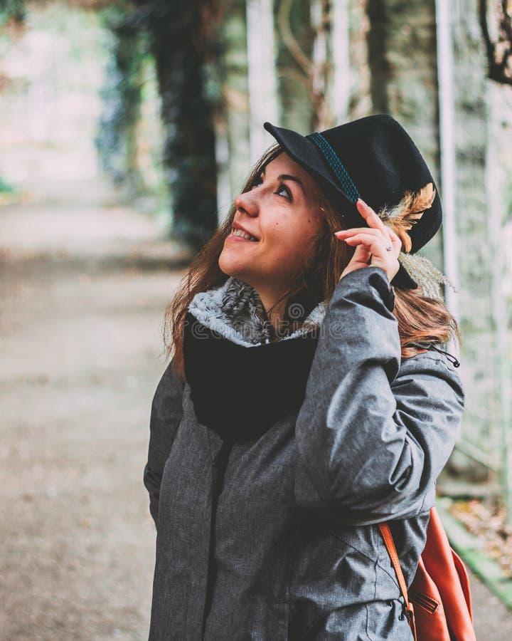 Recht nettes Mädchen im Garten mit bayerischem Hut lizenzfreies stockbild