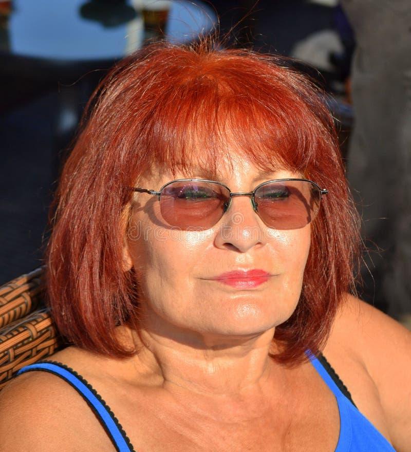 Recht reife entspannende Frau lizenzfreies stockbild
