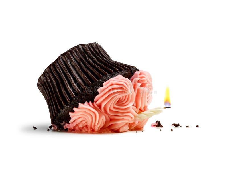 Recht rosa kleiner Kuchen mit der Kerze zertrümmerte von einem Fall lokalisiert auf Weiß stockbilder