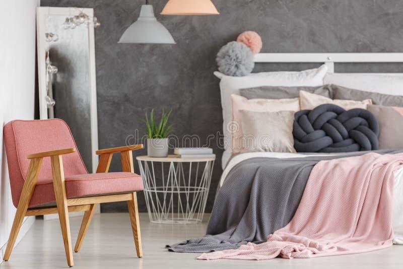 Recht rosa Schlafzimmer mit Stuhl stockfoto