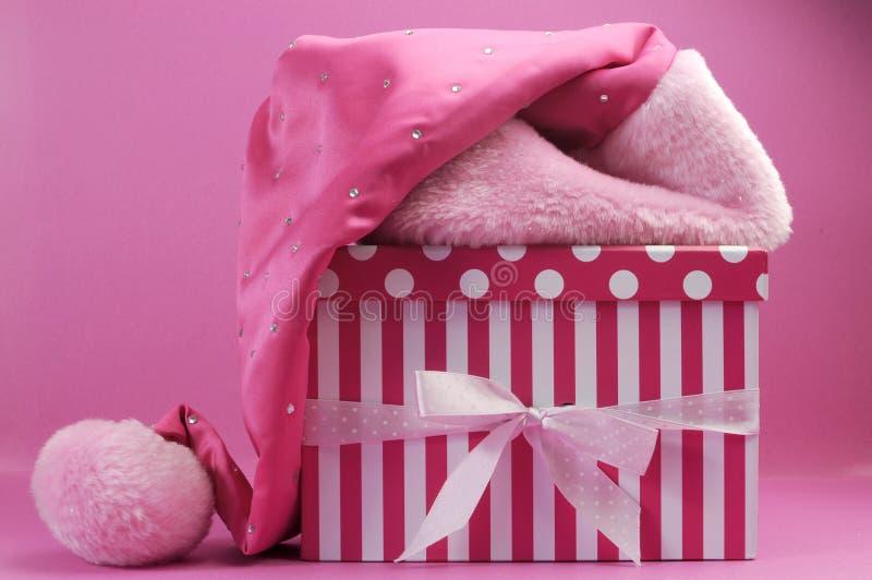 Recht rosa weiblicher Sankt-Hut und Tupfen- und Streifengeschenkbox stockfotos