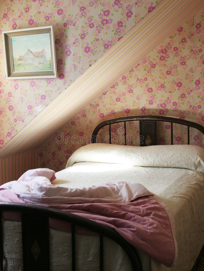 Recht rosafarbenes Schlafzimmer stockbild