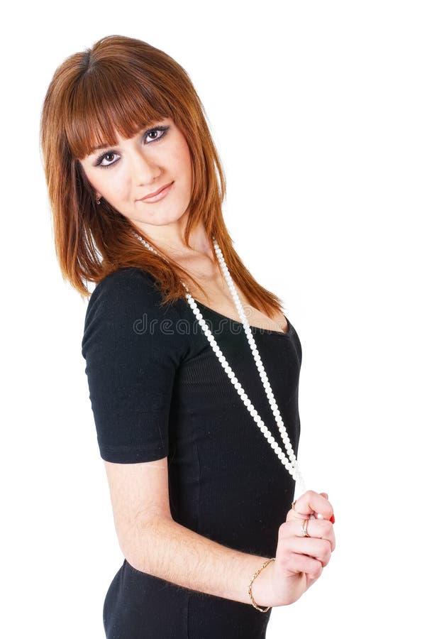Recht rothaariges Mädchen mit Perlen stockfotografie