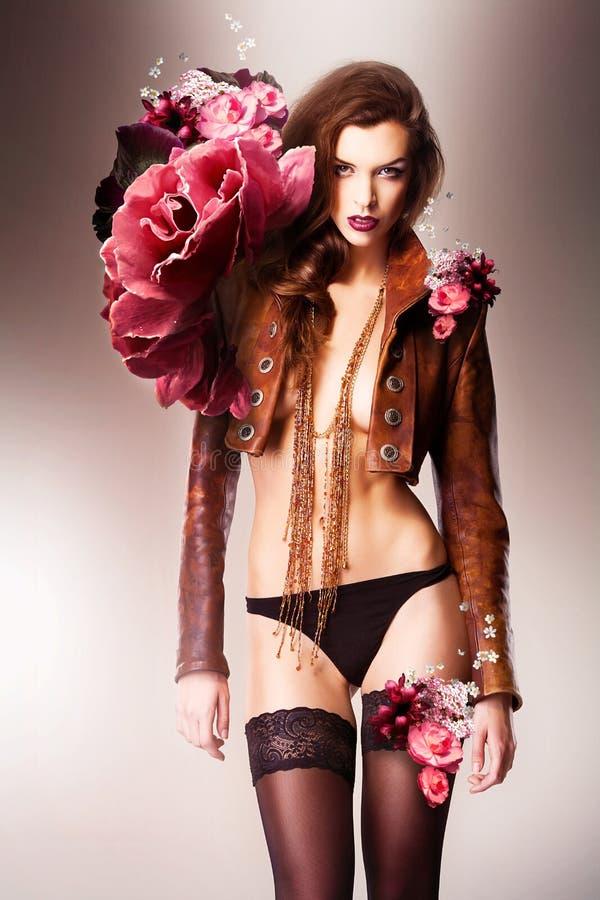 Recht schöne erotische Blumenfrau im Schlüpfer lizenzfreie stockfotos