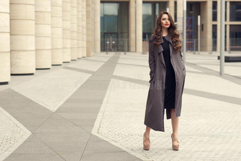 Recht schöne Geschäftsfrau im eleganten schwarzen Kleid lizenzfreies stockbild
